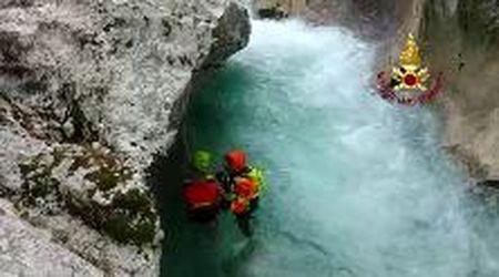 Escursionista e il suo cane intrappolati in una forra nell'acqua gelida: salvati con l'elicottero