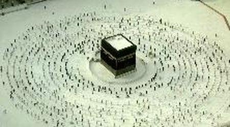 Coronavirus, La Mecca: i musulmani pregano intorno alla Kaaba rispettando il distanziamento sociale
