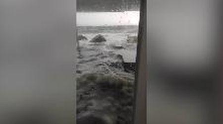 Trieste, la mareggiata invade lo stabilimento balneare