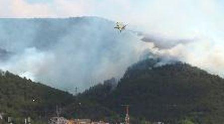 Incendi L'Aquila, canadair ed elicotteri per spegnere i roghi vicini alla città