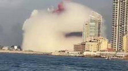Beirut, l'enorme esplosione ripresa da una barca: la deflagrazione e poi la colonna di fumo