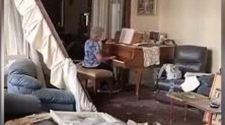 Beirut, l'anziana suona il pianoforte tra le macerie della sua casa