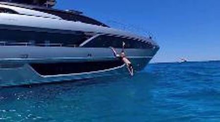"""""""Leone sulla terra, squalo in mare"""", ma il tuffo di Ibrahimovic dallo yacht è un flop"""