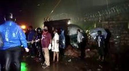 Aereo Air India esce dalla pista e si spezza in due: l'arrivo dei soccorsi