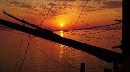 Gargano, il sole si tuffa nel mare: il timlapse del tramonto visto dal trabucco