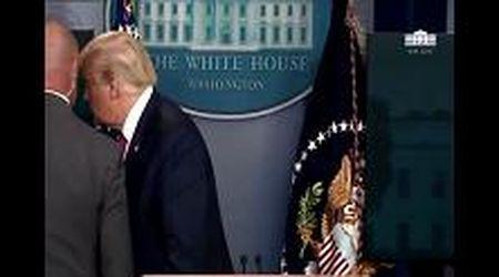Trump scortato fuori dalla conferenza stampa dal Secret Service