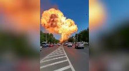 Russia, esplode deposito di benzina: l'enorme fiammata ripresa dalla strada