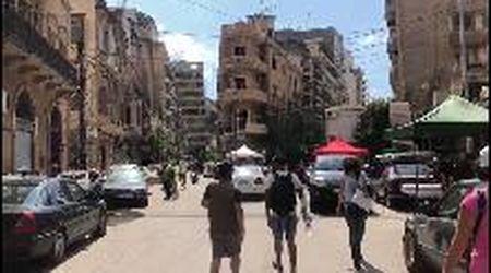 Beirut, l'aiuto dei giovani tra i palazzi sventrati e le case senza porte e finestre