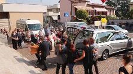Vigevano, i funerali della 30enne morta in moto