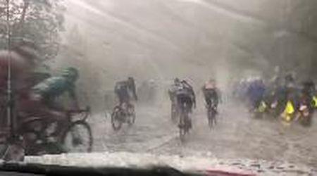 Ciclismo, violenta grandinata al Giro del Delfinato si abbatte sui corridori
