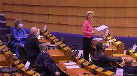 Migranti, l'eurodeputato di destra contesta Ursula Von Der Leyen, lei lo zittisce