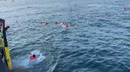 Palermo, altri 48 migranti si tuffano in mare dalla Open Arms