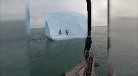 Mar Glaciale Artico, provano a scalare l'iceberg che poi sprofonda in mare
