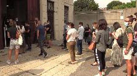 Referendum, a Milano mancano i presidenti di seggio: code di volontari davanti agli uffici elettorali