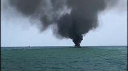 Lo yacht in fiamme a Jesolo, le immagini di una imbarcazione vicina