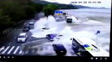 Cina, dal fiume arriva un mini-tsunami: le auto vengono travolte dalla furia dell'onda