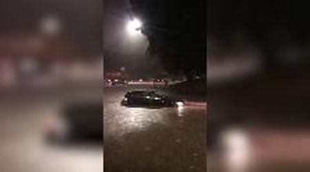 Roma, violento temporale: le auto sono quasi sommerse dall'acqua