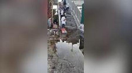 Roma-Lido, cavalcavia allagato: la gimcana dei viaggiatori dopo il temporale
