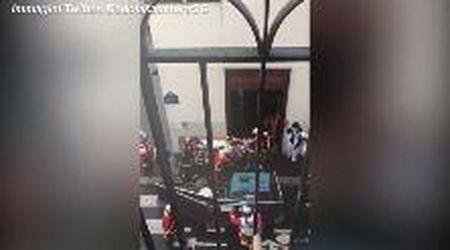 Attacco a Parigi, le prime immagini: uno dei feriti portato via in barella