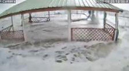 Libeccio e violenta mareggiata: enormi danni al bagno Gorgona, strade invase da acqua e detriti a Marina