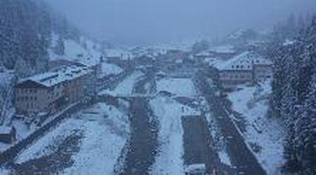Maltempo, arriva la prima neve. In Valfurva, tetti e alberi imbiancati