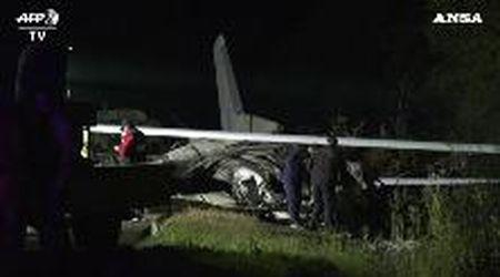Ucraina, un aereo militare precipita in fase di atterraggio: a bordo anche degli allievi