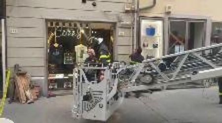 Pisa, si stacca un pezzo di cornicione in Corso Italia