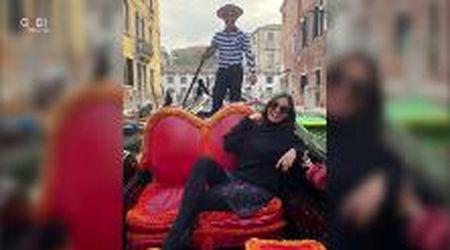 Love story a Venezia: il giovane gondoliere conquista l'ex modella Melanie Sykes