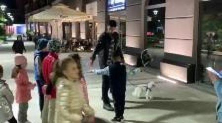 Djokovic in strada a Belgrado dà lezioni di tennis ai suoi piccoli vicini di casa