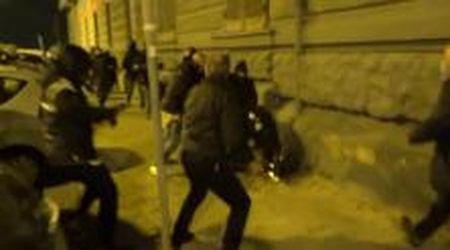 Coprifuoco, notte di guerriglia a Napoli: bombe carta e aggressioni contro la polizia