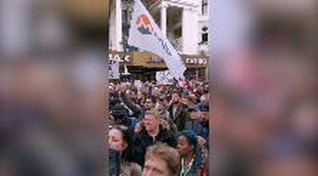 """Londra, in migliaia in marcia contro il lockdown: """"Ci stanno facendo il lavaggio del cervello"""""""