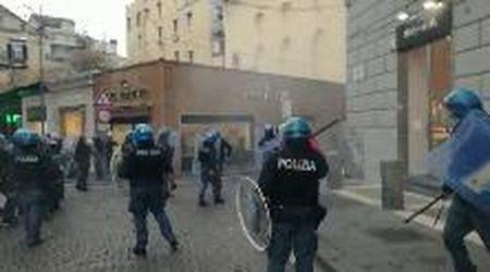 Napoli, bombe carta alla protesta dei disoccupati e lavoratori dello spettacolo