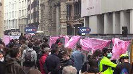 """Milano, il prefetto chiede ai cittadini di guardare il Giro da casa ma il centro è pieno di gente: """"Non siamo preoccupati"""""""