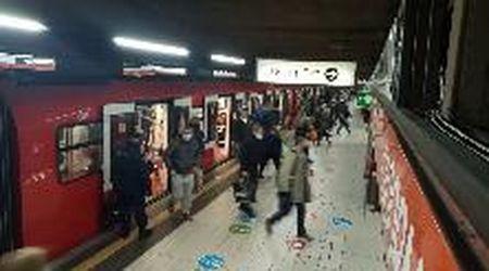 Coronavirus, viaggio in metrò a Milano nel primo giorno di semilockdown: niente assembramenti e tanti controlli