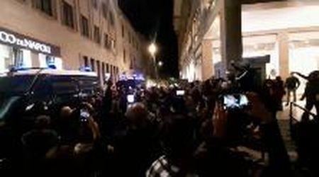 """Lecce, protesta per il Dpcm: corteo al grido di """"Libertà"""". Alcuni manifestanti forzano cordone"""