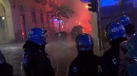 Torino, guerriglia per le strade: polizia spara lacrimogeni contro manifestanti
