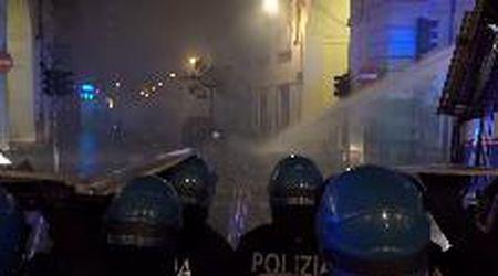 Torino, tensione dopo i cortei anti restrizioni: idranti contro manifestanti