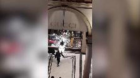 Torino, le devastazioni in via Roma dopo la rivolta in piazza Castello
