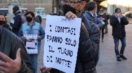 """Covid, la rabbia di baristi e ristoratori a Reggio Emilia: """"I contagi fanno solo il turno di notte?"""""""