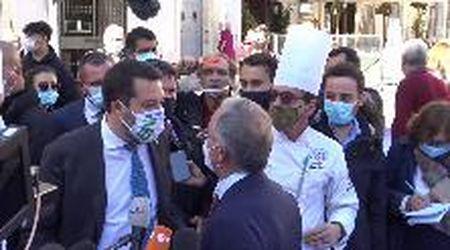 """Dpcm, protesta ristoratori a Roma, arriva Salvini e c'è chi lo contesta: """"Vuole mettere il cappello sulle nostre difficoltà"""""""