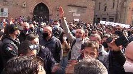 """""""Tu ci chiudi, tu ci paghi"""". A Bologna esercenti in piazza fra rabbia e saluti romani"""
