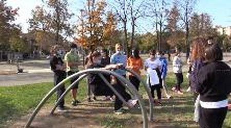 Modena, lezione di ginnastica al parco Novi Sad con i nuovi attrezzi fitness