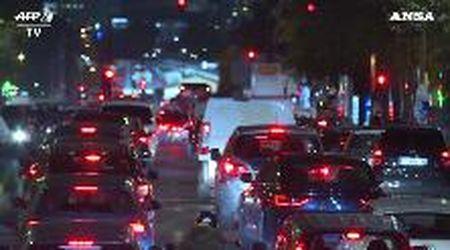 Parigi, la grande fuga: migliaia di auto in coda prima del lockdown