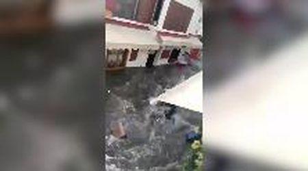 Turchia, l'acqua invade le strade di Smirne: mini-tsnunami dopo il terremoto