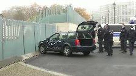 """Berlino, auto si schianta contro la residenza di Merkel. La scritta sulla fiancata: """"Stop alla globalizzazione"""""""