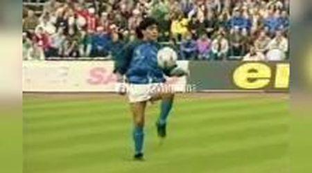 Morte Maradona, i palleggi leggendari sulle note di 'Live Is Life'