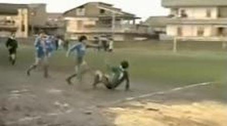 Morto Maradona: quando Diego saltò tutti sul campetto infangato, nella partita che Ferlaino non voleva giocasse