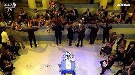 Morto Maradona, i tifosi lanciano sulla bara maglie dell'Argentina col numero 10