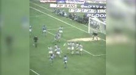 Morto Maradona, l'omaggio della Juventus: la punizione 'impossibile' del 1985