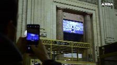 Morto Maradona, l'omaggio sul maxischermo della Stazione Centrale di Milano